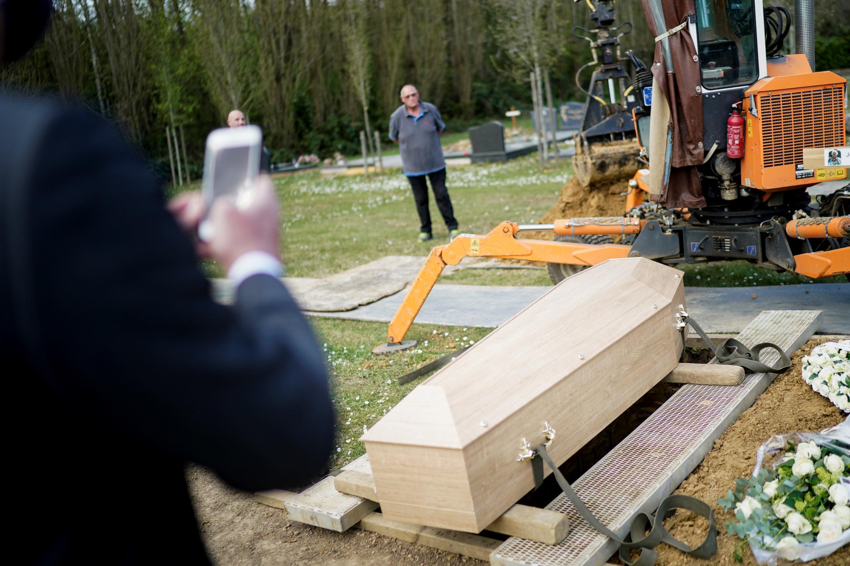 Cuando las familias encerradas no pueden asistir a los funerales para víctimas de coronavirus, los directores de funerarias pueden enviar videos conmemorativos.
