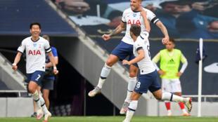 Toby Alderweireld (top) vient de marquer le but de la victoire de Tottenham dans le derby de Londres contre Arsenal, le 12 juillet 2020