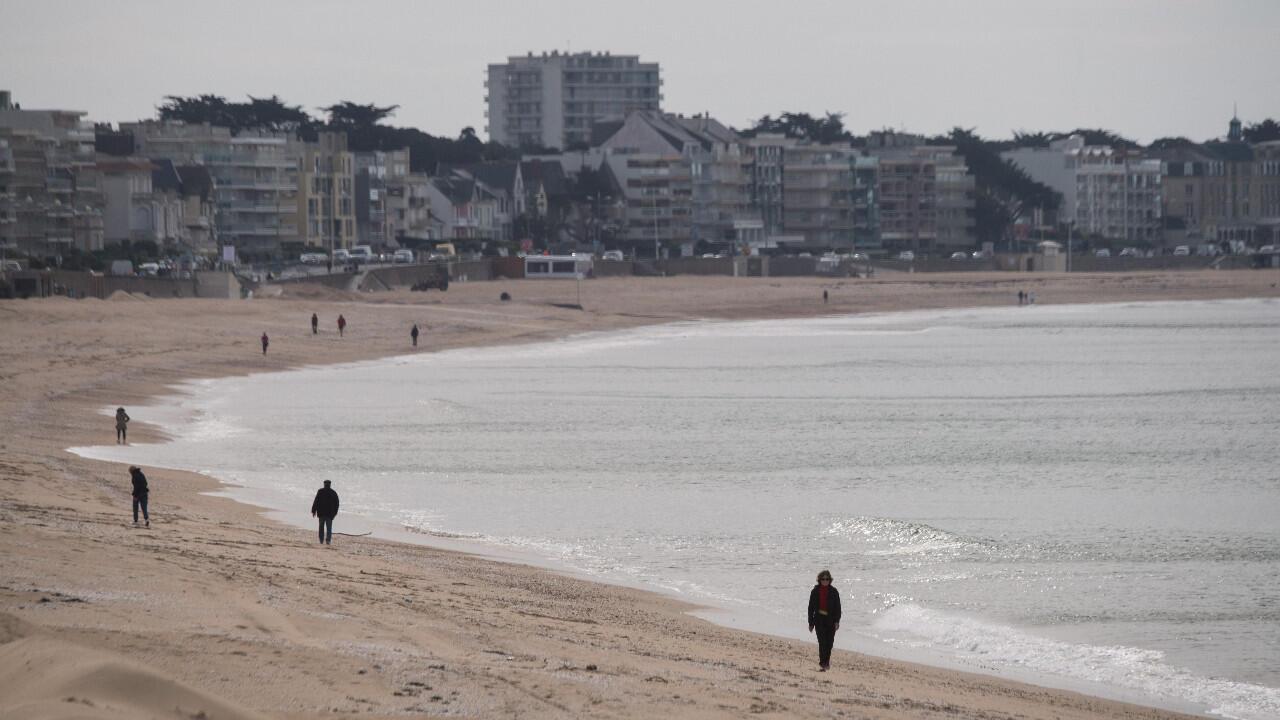 Des promeneurs sur la plage de La Baule, dans l'ouest de la France, le 13 mai 2020.