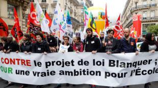 Des manifestants contre le projet de loi Blanquer, défilant près de l'opéra Garnier, à Paris, le 4 avril 2019.