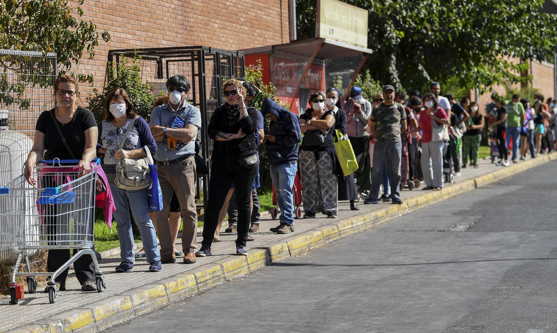 Colas para entrar a un supermercado en Santiago de Chile, el 26 de marzo de 2020.