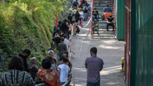 طابور من الأشخاص الذين ينتظرون حصصا غذائية في جنيف السبت 9 أيار/مايو 2020