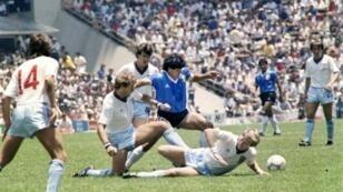 مارادونا يراوغ 3 مدافعين أنكليز في مونديال المكسيك في 22 حزيران/يونيو 1986