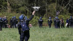 Un gendarme français utilise un drone à Notre-Dame-des-Landes. (Photo d'illustration)