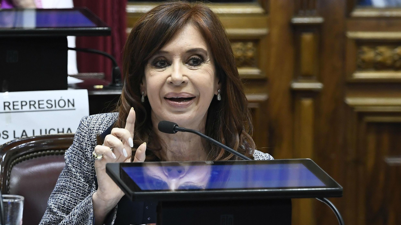 La expresidenta y actual senadora argentina, Cristina Fernández de Kirchner, interviene durante la sesión en el Senado, el 22 de junio de 2018.