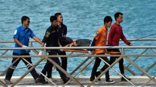 Un equipo de rescate traslada el cuerpo de una víctima tras el naufragio en la Isla de Phuket en Tailandia, el 6 de Julio de 2018.