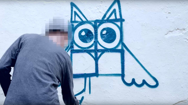 L'idée de génie du collectif Paint Back : recouvrir les croix gammées de graffitis bien plus joyeux.