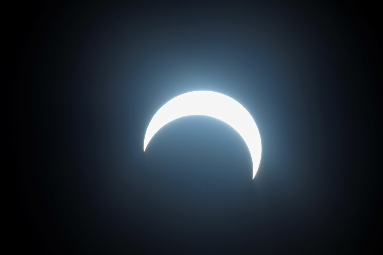 يمر القمر بين الشمس والأرض خلال كسوف شمسي حلقي في مدينة زايد في منطقة الظفرة بأبوظبي، 26 ديسمبر 2019