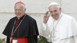 (Imagen de archivo) El cardenal Ricardo Ezzati con el papa Francisco llega para una sesión de una reunión de dos semanas de obispos sobre asuntos familiares, en la Ciudad del Vaticano, Vaticano, el 5 de octubre de 2015.