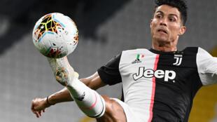 El astro portugués de la Juventus, Cristiano Ronaldo, domina el balón durante el partido frente a la Sampdoria por la Serie A italiana, el 26 de julio de 2020 en turín