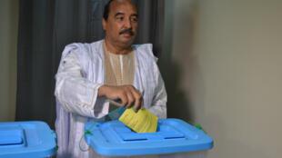 Le président mauritanien, Mohamed Ould Abdel Aziz, lors de son vote à Nouakchott, le 5 août 2017.