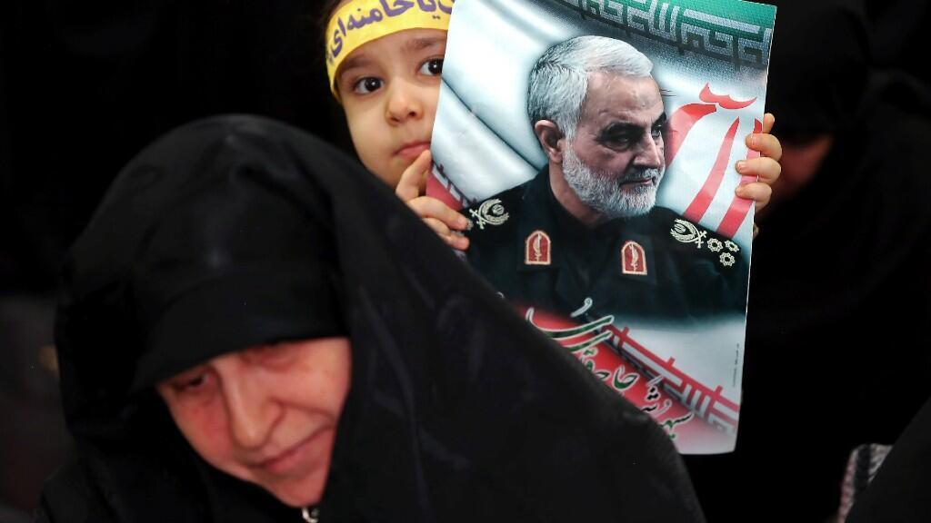 Iraníes se reúnen para llorar durante el memorial de cuarenta días, después del asesinato del comandante de la Fuerza Quds de Irán, Qassem Soleimani, en un ataque aéreo estadounidense en el aeropuerto de Bagdad, en el Gran Mosalla en Teherán, Irán, el 13 de febrero de 2020