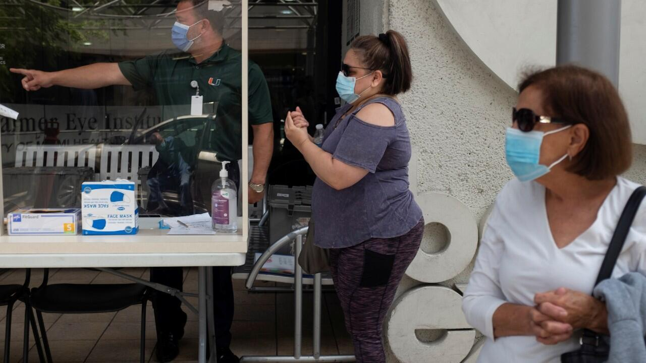 Varias personas aguardan a recibir una primera evaluación de síntomas ante la posibilidad de haber contraído coronavirus en el Hospital Jackson Memorial, en Miami- Dade, Floridad, Estados Unidos.