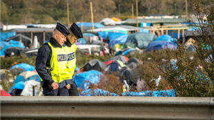 """Des policiers français patrouillent aux abords de la """"jungle"""" de Calais le 5 novembre 2015."""