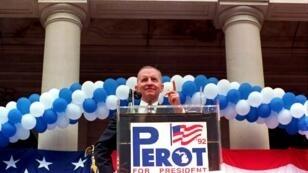 Le candidat indépendant Ross Perot sur les marches du Michigan State Capitol Building, le 10 juillet 1992.