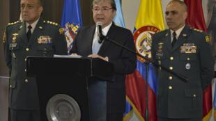 El ministro colombiano de Defensa, Carlos Holmes Trujillo (C), el 13 de enero de 2019 durante una rueda de prensa en Bogotá