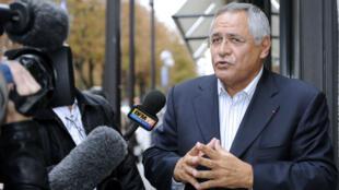 L'avocat franco-libanais Robert Bourgi répond aux questions de journalistes devant les locaux d'Europe 1, à Paris, le 12 septembre 2011.