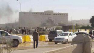 Une source médicale à l'hôpital de Tobrouk a dit avoir reçu 19 personnes souffrant de légères blessures, mardi 30 décembre, après l'attentat à la voiture piégée près du Parlement libyen.