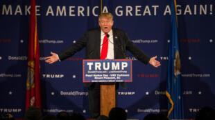 Malgré les controverses, Donald Trump continue de caracoler dans les sondages