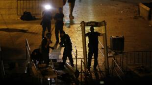 Les forces de sécurités israéliennes démontent les détecteurs de métaux installés à l'entrée de l'esplanade des Mosquée à Jérusalem, le 24 juillet 2017.