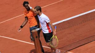 Gaël Monfils s'est qualifié pour les huitièmes de finale de Roland-Garros sur abandon de Richard Gasquet, le 4 juin 2017.