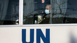موظف في وكالة غوث وتشغيل اللاجئين الفلسطينيين يضع كمامة واقية من فيروس كورونا ويستقل حافلة الوكالة متوجها إلى العمل في العاشر من تشرين الثاني/نوفمبر 2020