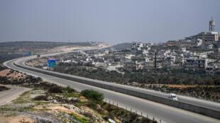 Cette photo, prise le 10 mars 2020, montre une vue de l'autoroute stratégique M4 près de la ville syrienne d'Urum al-Jawz, dans le sud de la province d'Idleb au nord-ouest.
