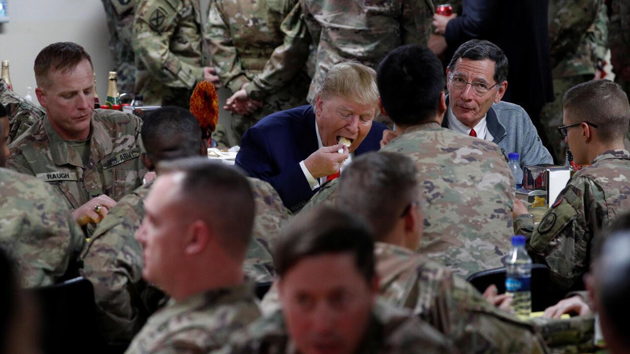 El presidente de los Estados Unidos, Donald Trump, cena con las tropas estadounidenses en una cena de Acción de Gracias durante una visita sorpresa en la base aérea de Bagram en Afganistán, el 28 de noviembre de 2019.
