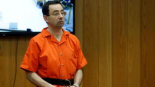 FOTO DE ARCHIVO: Larry Nassar, exmédico estadounidense de gimnasia que se declaró culpable en noviembre de 2017 por cargos de agresión sexual, se presenta ante el tribunal durante su audiencia de sentencia en el tribunal del condado de Eaton en Charlotte, Michigan, EE.UU., 5 de febrero de 2018.