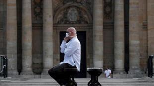 رجل يرتدي كمامة واقية في باريس