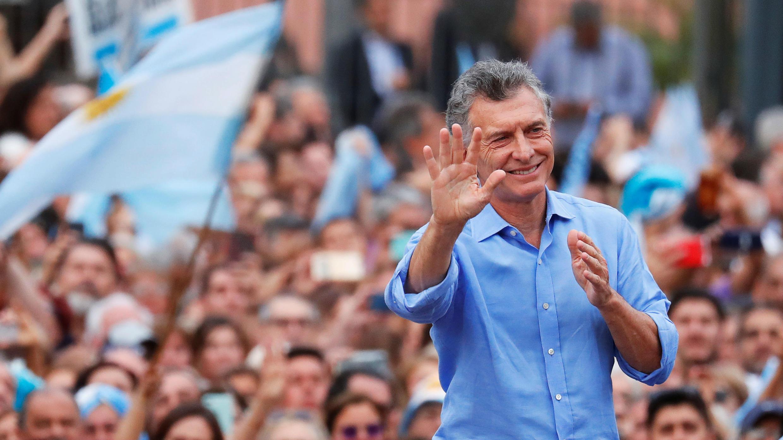 El presidente saliente, Mauricio Macri, se despide de sus seguidores frente a la Casa Rosada en Buenos Aires, Argentina, el 7 de diciembre de 2019.