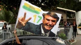 Un partisan de Jair Bolsonaro circule en voiture dans les rues de Rio, le 29 octobre 2018.