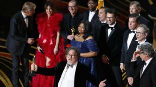 """El productor Charles B. Wessler habla en el escenario junto al elenco de """"Green Book"""" al ganar el premio a la mejor película, en Los Ángeles, California, EE. UU., el 24 de febrero de 2019."""