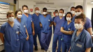 Le médecin en chef militaire Mathieu et son équipe à l'unité de soins intensifs à l'hôpital Percy à Clamart, près de Paris, le 26 juin 2020