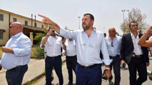 El viceprimer ministro y ministro del Interior italiano, Matteo Salvini (C), durante su visita al Centro de Acogida para Solicitantes de Asilo (CARA) en Mineo, cerca de Catania, isla de Sicilia, Italia, el 9 de julio de 2019.