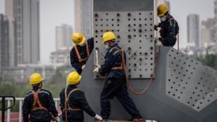 Un grupo de obreros trabaja en un puente en construcción de la ciudad china de Wuhan, el 24 de marzo de 2020 en la provincia de Hubei
