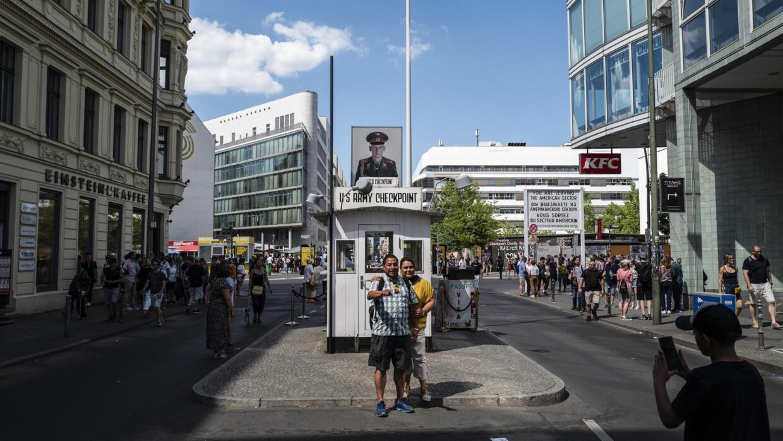 Afbeeldingsresultaat voor berlin Checkpoint Charlie Museum