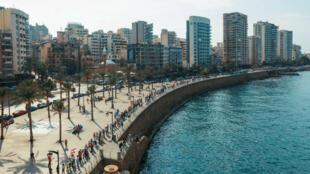 Des dizaines de milliers de Libanais ont formé une chaîne humaine le long de la côte, du nord au sud du Liban, le 27octobre2019.