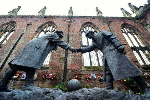Un monument de Liverpool représentant le match de football entre soldats britanniques et allemands