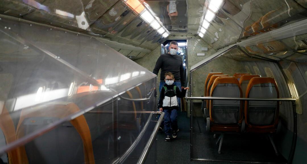 La gente visita el Museo Técnico después de su reapertura en Sinsheim, Alemania, el 10 de mayo de 2020.