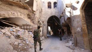 Des soldtats du régime dans un quartier tenu par les forces pro-gouvernementales du centre historique d'Alep le 16 septembre 2016.