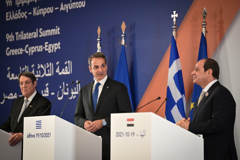 رئيس الوزراء اليوناني كيرياكوس ميتسوتاكيس (وسط) مع الرئيسين المصري عبد الفتاح السيسي والقبرصي نيكوس أناستاسيادس في أثينا بتاريخ 19 تشرين الأول/أكتوبر 2021
