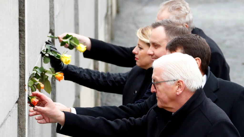 El presidente de Alemania, Frank-Walter Steinmeier, junto con sus homólogos, el húngaro Janos Ader, el polaco Andrzej Duda, la esolavaca, Zuzana Caputova y el checo Milos Zeman, depositando rosas en el memorial del Muro de Berlín.