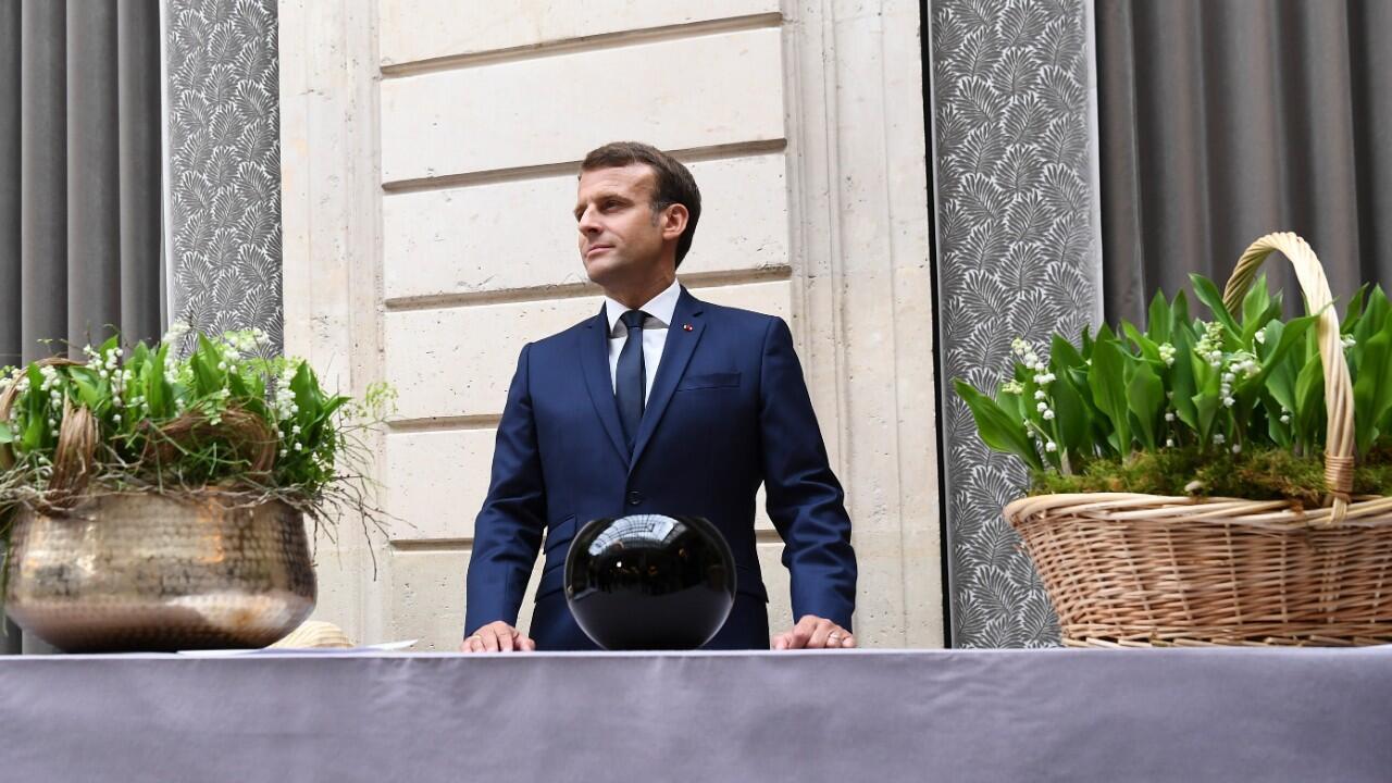Le président français Emmanuel Macron participe à la traditionnelle cérémonie du muguet au palais de l'Élysée, le 1er mai 2020 à Paris, lors du 46e jour de confinement en France.