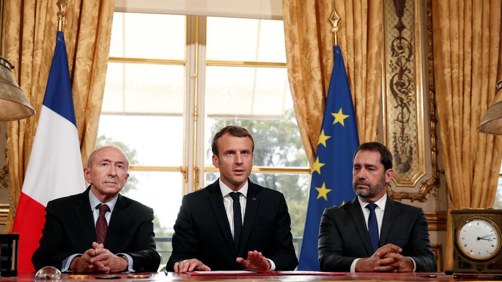 El Presidente de Francia, Emmanuel Macron, con el Ministro del Interior (izquierda) y el portavoz del gobierno (derecha) firmó la ley antiterrorismo, el 30 de octubre de 2017.