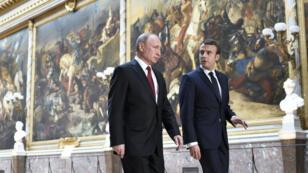 الرئيسان الفرنسي إيمانويل ماكرون والروسي فلاديمير بوتين في قصر فرساي