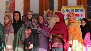 Mujeres hacen fila para sufragar en un centro de votación en el distrito de Ganderbal, uno de los que participa en la segunda fase de las elecciones parlamentarias en Ganderbal, Estado Jammu, India, el 18 de Abril de 2019.