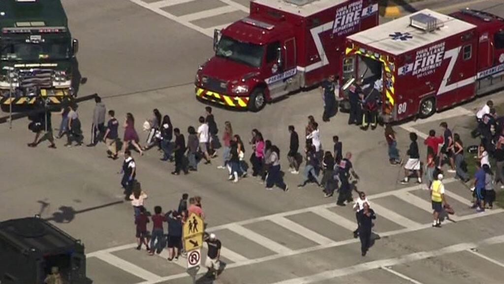 Los estudiantes son evacuados de Marjory Stoneman Douglas High School durante un incidente de tiroteo en Parkland, Florida, EE. UU. El 14 de febrero de 2018 en una imagen fija del video.