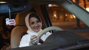 السعودية سمر المقرن تقود سيارتها في شوارع العاصمة الرياض لأول مرة اعتبارا من منتصف ليل 24 يونيو/حزيران