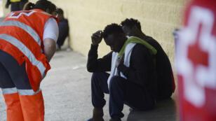 La Croix Rouge prend en charge des migrants le 21 juin à Jerez de la Frontera, dans le Sud de l'Espagne.